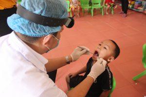 Bác sĩ Trương Cao Luận cùng đội ngũ bác sĩ đang khám răng cho các em nhỏ